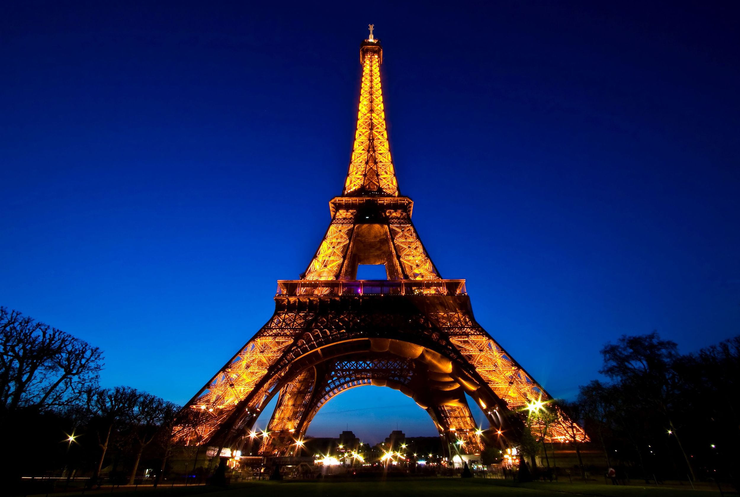 Glowing-Eiffel-tower-at-night-from-bottom