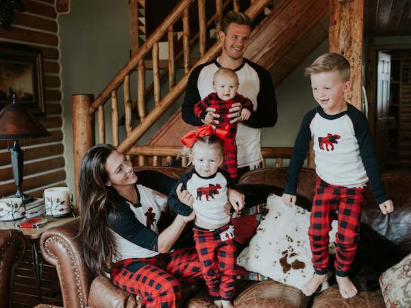 15ca2fd86601ee3b9bde03dc5f46a65f--family-christmas-pajamas-family-christmas-pictures.jpg